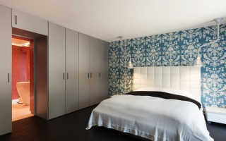 Шкафы над дверью в спальне фото