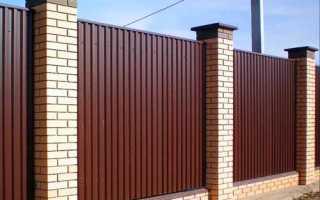 Как задекорировать железный забор фото